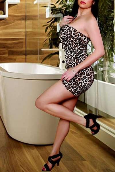 Alexis | Brunette Female Entertainer | Slixa