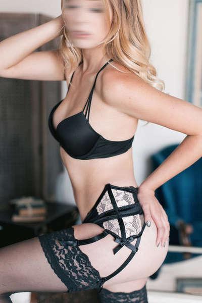 Amber Bowen | Blonde Female Entertainer | Slixa